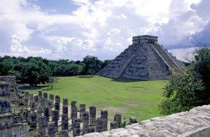 Vista panorámica de «El Castillo», con el Templo de las Mil Columnas en primer plano.