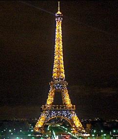 La Torre Eiffel de noche, monumento representativo de Francia en París