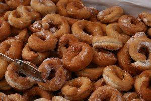 La rosquilla española se come usualmente durante la Semana Santa.