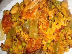 La paella es un plato típico de la gastronomía de España.