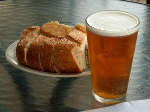 La cerveza es una bebida típica en España.