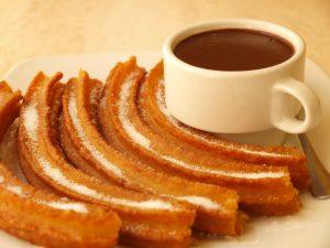 Los churros con chocolate son muy populares en el invierno español.