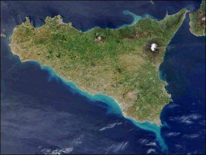 Imagen satelital de la NASA, donde puede apreciarse el volcán Etna nevado en la isla de Sicilia