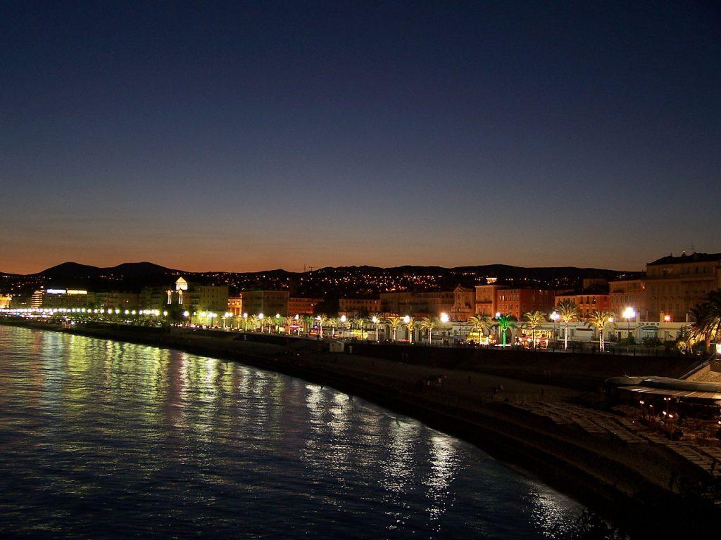 vista-de-noche-del-paseo-de-los-ingleses-en-niza