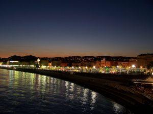 Vista nocturna del Paseo de los ingleses en Niza.