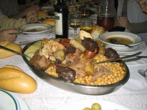 Bandeja con cocido madrileño, un plato emblemático de la cocina madrileña.