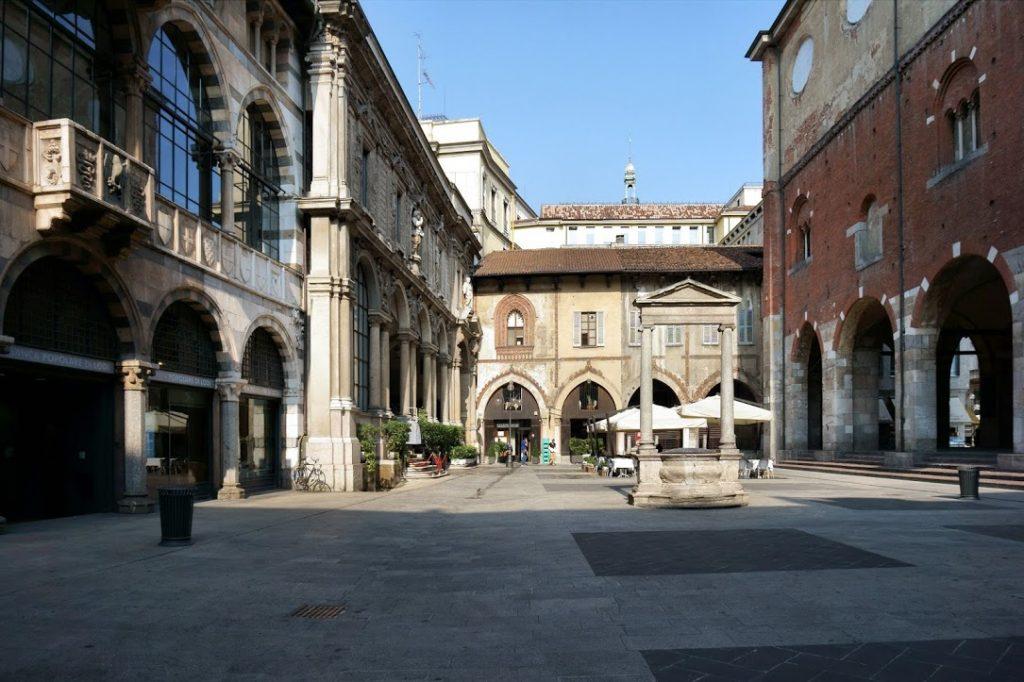 Piazza Mercanti 8