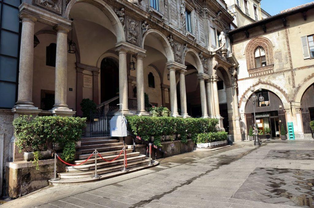 Piazza Mercanti 9