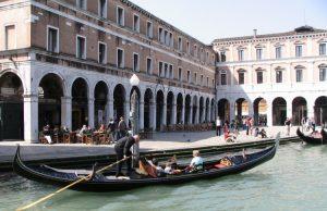 Tomar un paseo en góndola en Venecia
