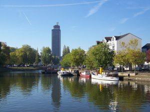 El río Erdre y la torre Bretagne en Nantes, Francia.