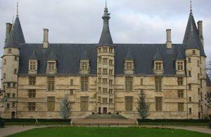 Palacio ducal de Nevers, hoy sede del Ayuntamiento y del museo de la ciudad.