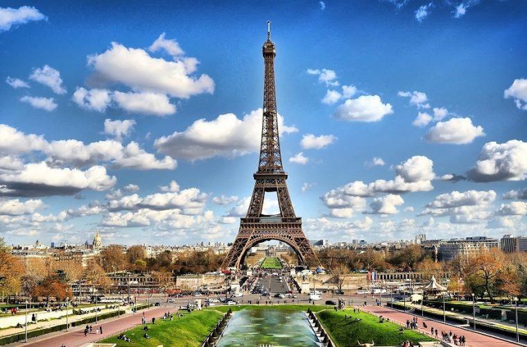 La principal atracción de París: La torre Eiffel.