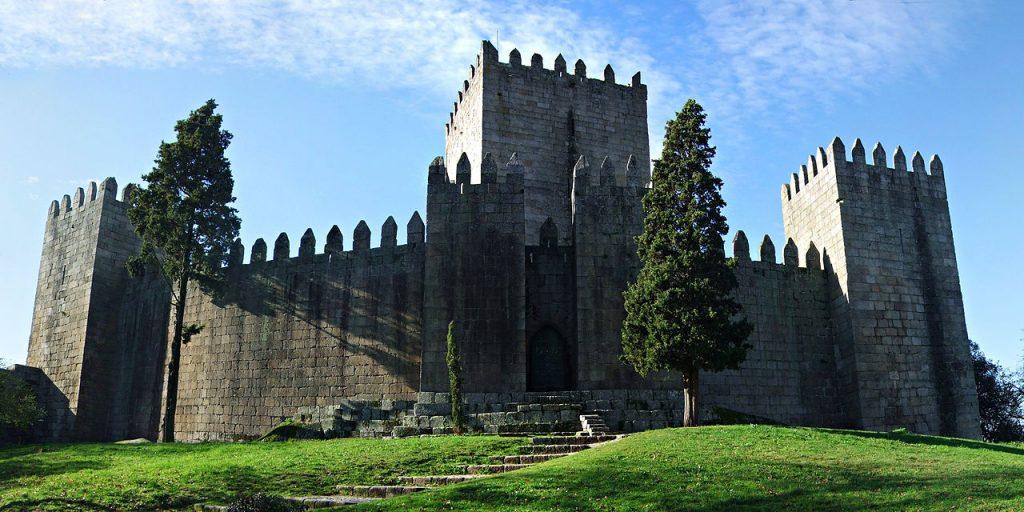 1280px-Castelo_de_Guimaraes