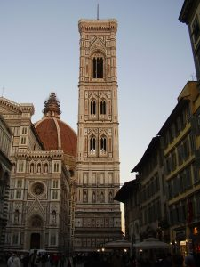 """Vista del campanario desde la """"piazza del Duomo"""""""