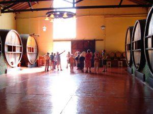 Interior de una bodega de vinos en Mendoza, Argentina.