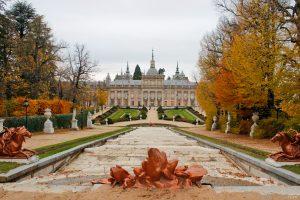 Fachada principal del Palacio Real de San Ildefonso durante el otoño.