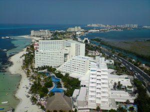 Vista aérea de Isla Cancún, desde lo alto de la Torre Escénica.