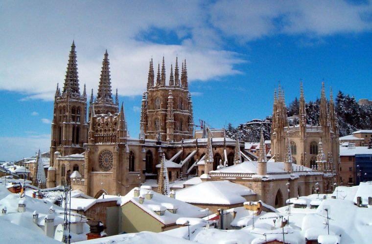 Catedral de Burgos cubierta de nieve.