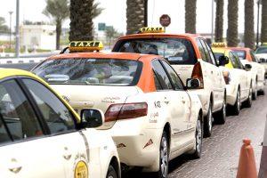 Los coches de Dubái taxi se caracterizan por tener le techo rojo.