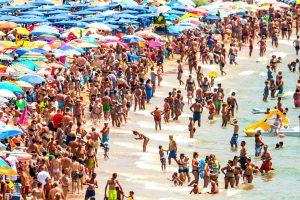 Playa española en el mes de julio.