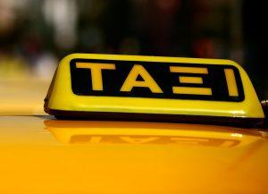 Letreros de los taxis en Atenas.