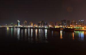Vista nocturna de la ciudad de Dubai.