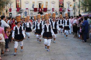 Danza con trajes típicos de Cataluña