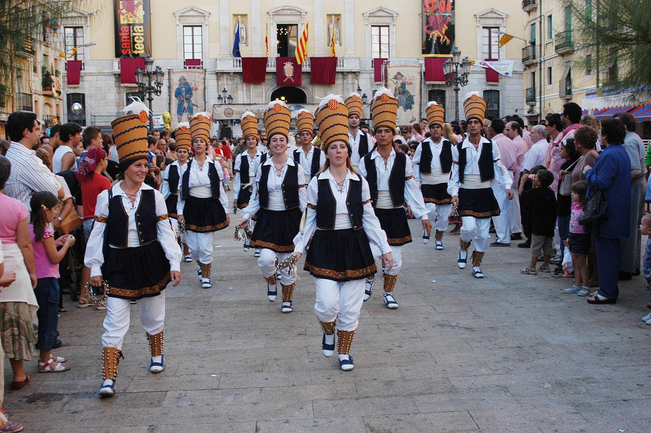 Danza con trajes típicos de Cataluña f884b5ee37f