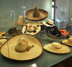El sombrero de charro es uno de los elementos más representativos del traje típico mexicano.