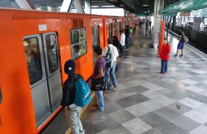 Pasajeros esperando ingresar al Metro de la Ciudad de México.
