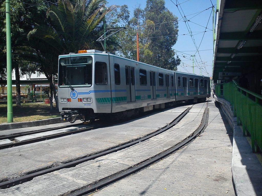 Tren-ligero-de-la-ciudad-de-mexico-en-camino