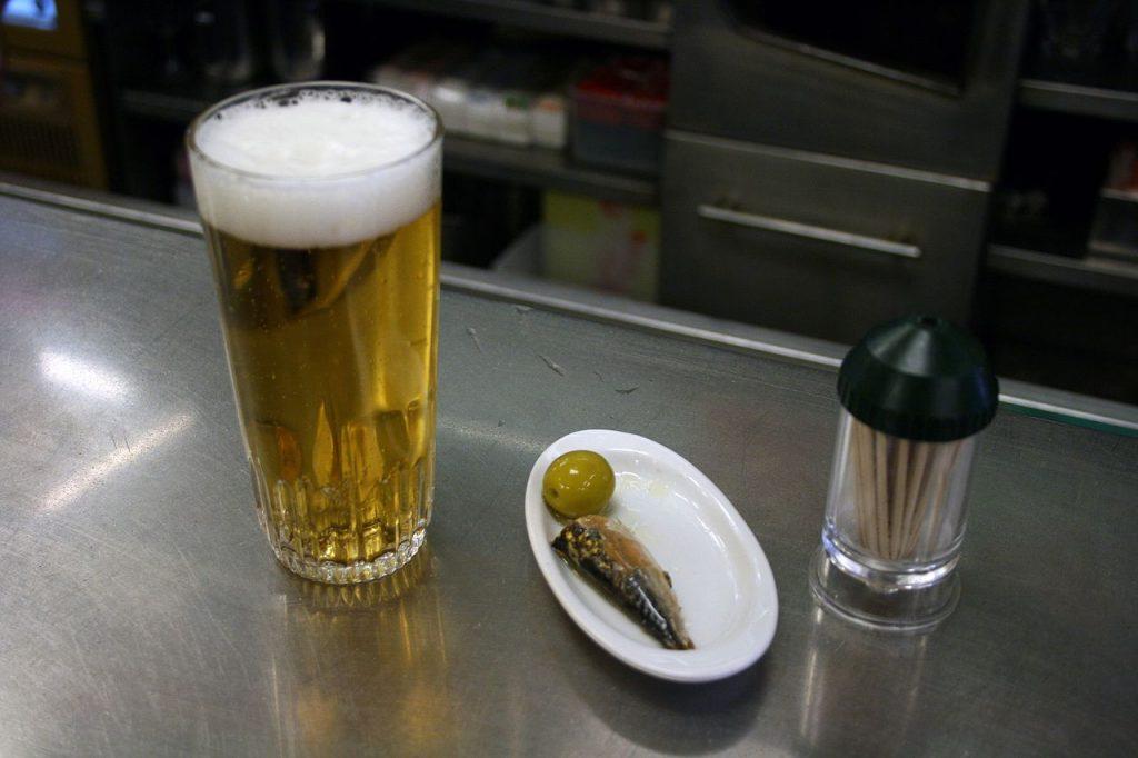Cerveza-con-tapa-de-sardina-y-oliva
