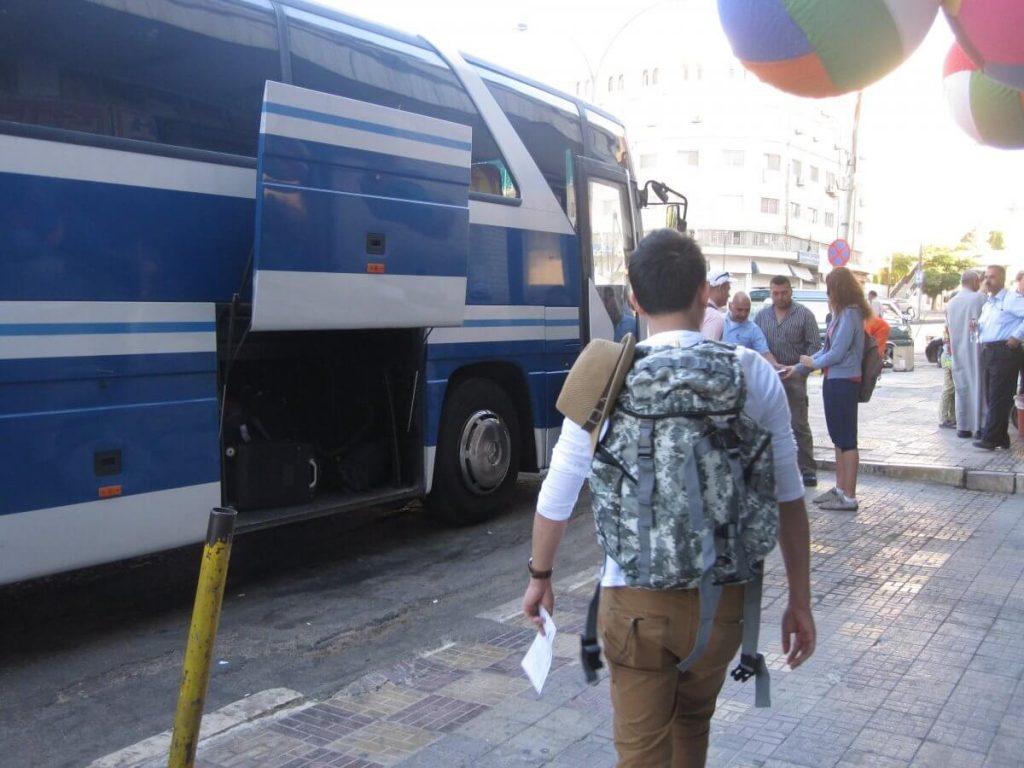 Bus-turistico-en-Petra