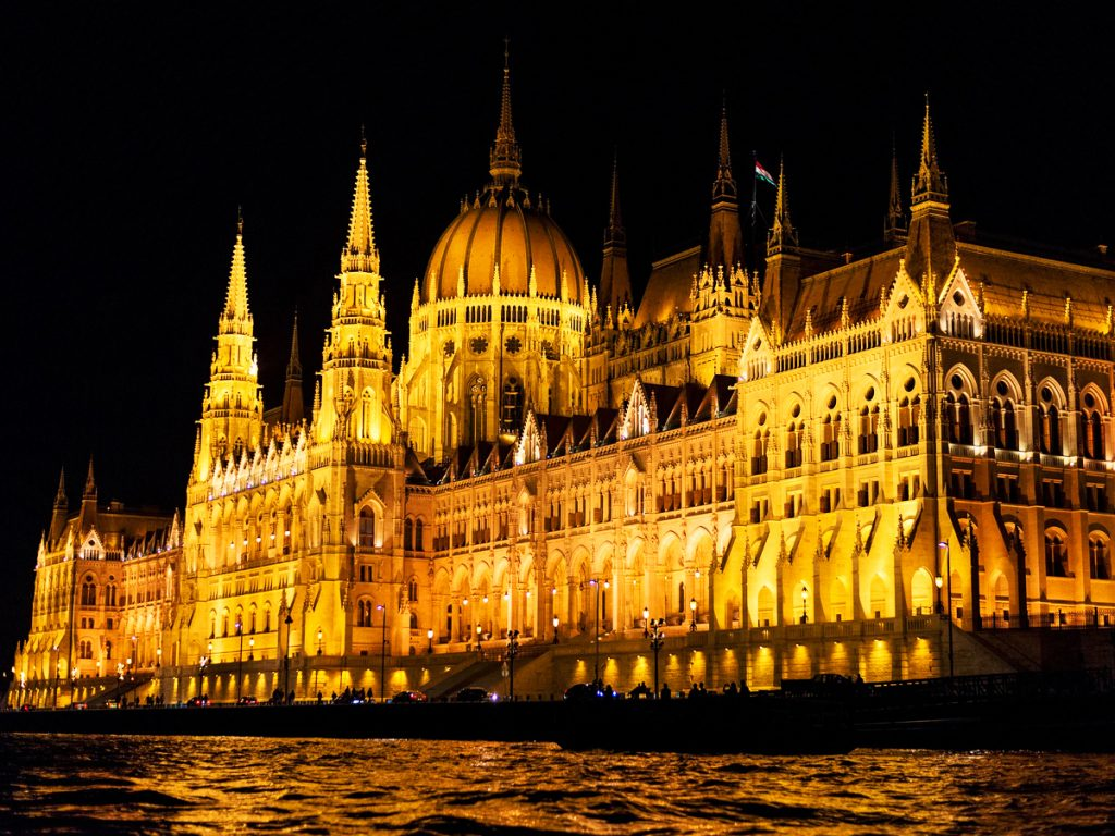 Parlamento-de-Budapest-de-noche
