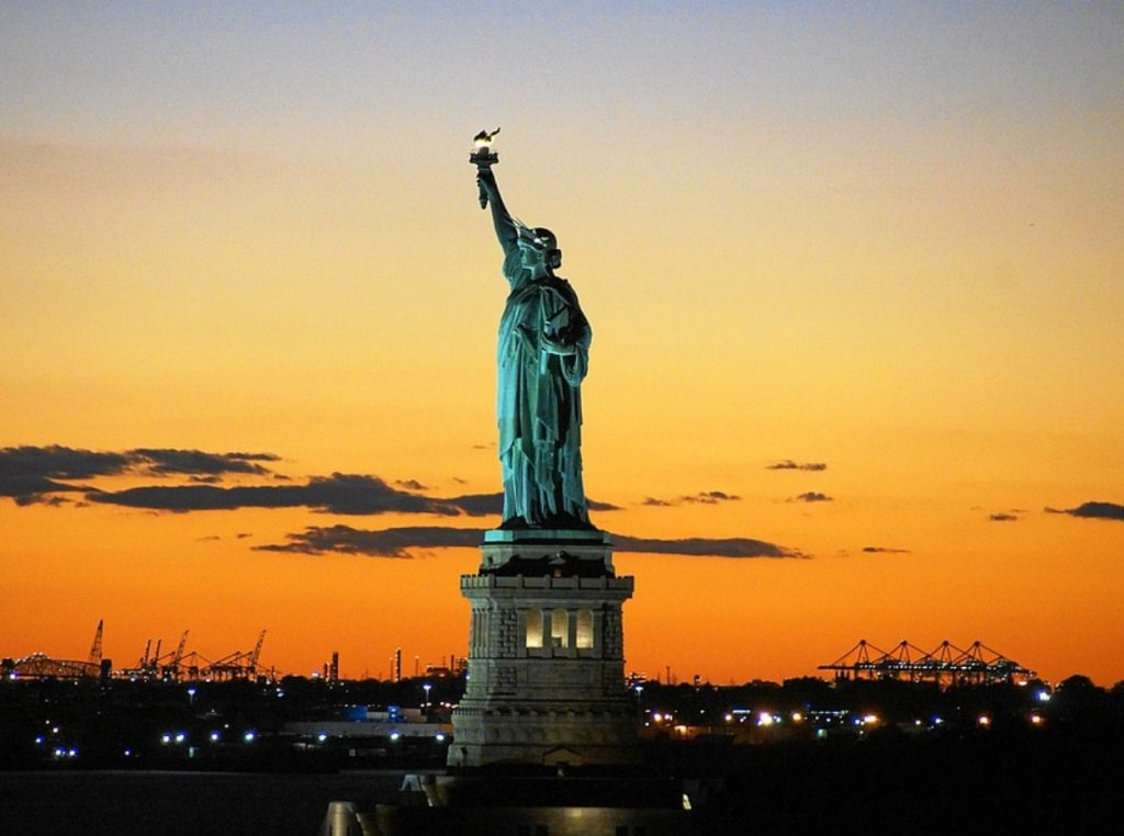 Estatua de la Libertas de noche.